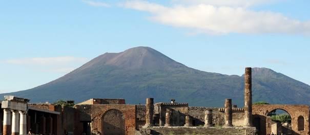 Le Vésuve vu depuis le forum de Pompéi.