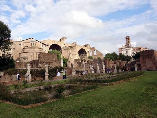 L'atrium des Vestales et la basilique Aemilia en fond.