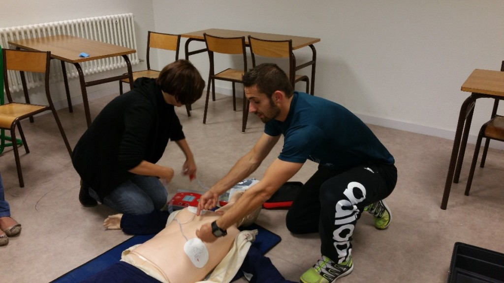 Apprentissage de la pose d'un défibrillateur